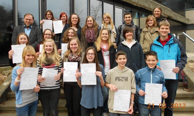 Die Teilnehmer der DELF-Prüfung zeigen ihre international anerkannten Sprachzertifikate.
