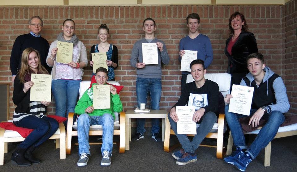 """Zufriedene Gesichter bei den beiden Teilnehmer-Teams des Mathematik-Wettbewerbs """"macht mathe: B-Tag"""""""