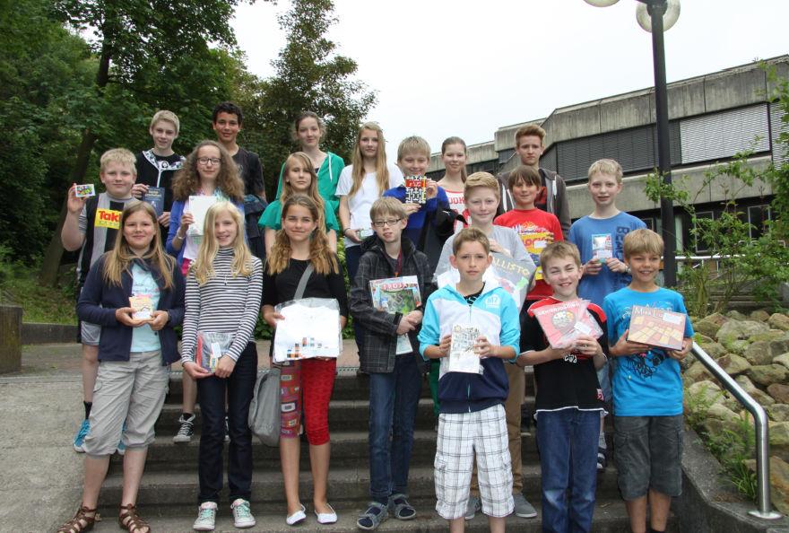 Die diesjährigen Erstplatzierten des Känguru-Wettbewerbs der Mathematik zeigen stolz ihre Preise.