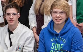 SchülerInnen mit Elektrophoresegerät