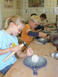 Schülerinnen und Schüler beim Präparieren von Fossilien. Bildquelle: www.bergwerk-kleinenbremen.de