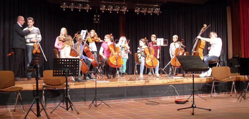 Celli und Violinen
