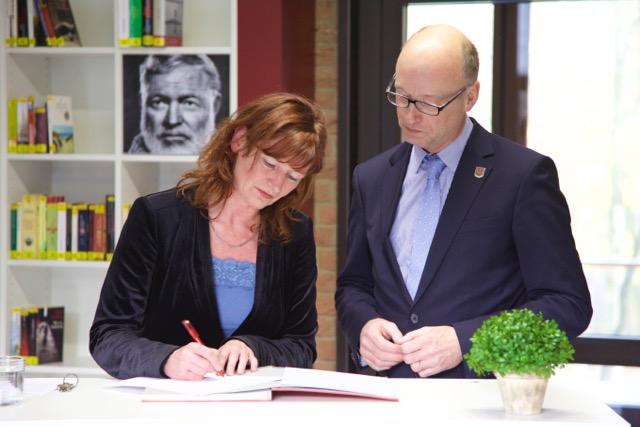 Bürgermeister Hr. Hedtmann und Schulleiterin Fr. Burmester unterschreiben den Kooperationsvertrag