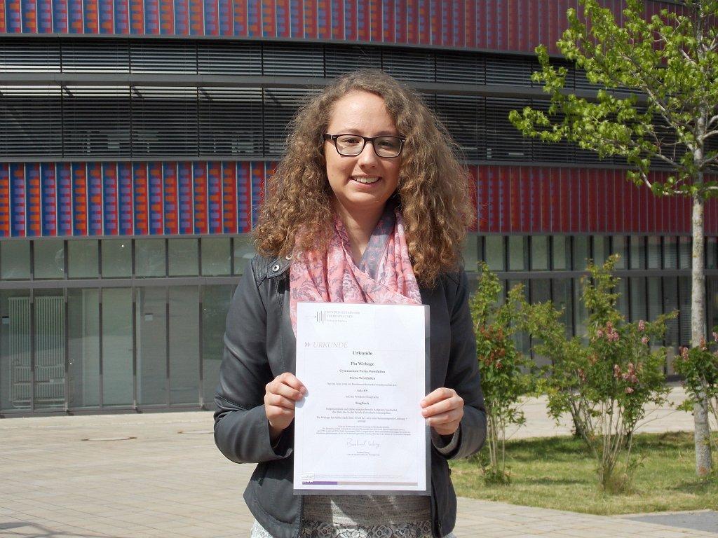 Pia nach der Preisverleihung vor dem Neuen Gymnasium Bochum