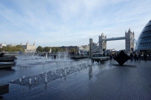 Blick auf den Tower (links) und die Tower Bridge