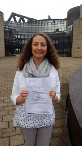 Pia Wehage vor dem Düsseldorfer Landtag. Die Urkunde wurde überreicht durch Schulministerin Sylvia Löhrmann.